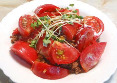 トマトの肉味噌がけ