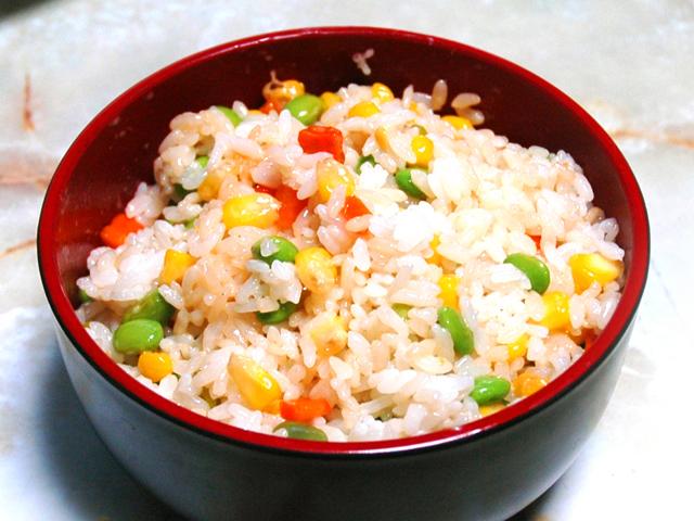 塩ゆで枝豆とコーンたっぷり!三色の夏野菜混ぜご飯♪