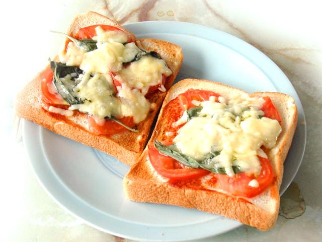 トースターで簡単!マルゲリータ風ピザトースト♪