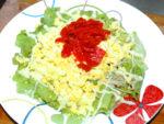 カレーのお供に!福神漬け乗せ!卵と野菜のサラダ♪