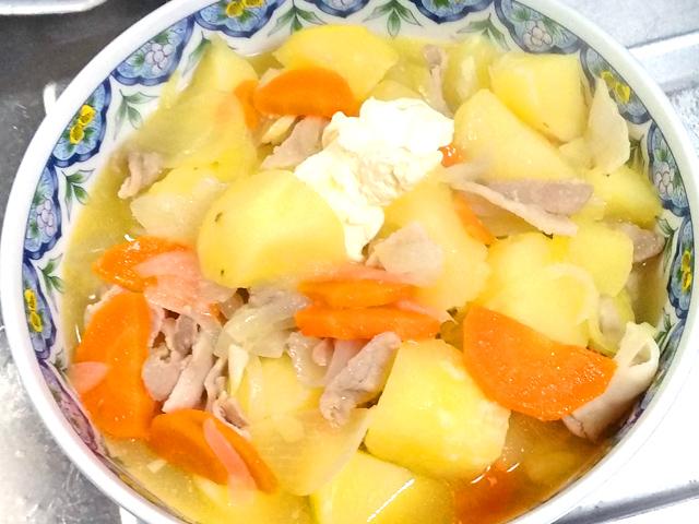 野菜たっぷり!豚バラ薄切り肉の塩バター肉じゃが♪