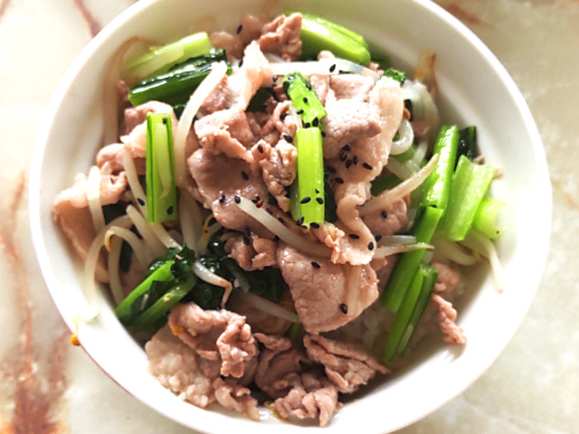 ささっと肉野菜で!豚こまともやし・小松菜の塩炒め丼