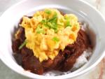 牛こま肉で簡単!ふわふわ卵のオムハヤシ丼♪