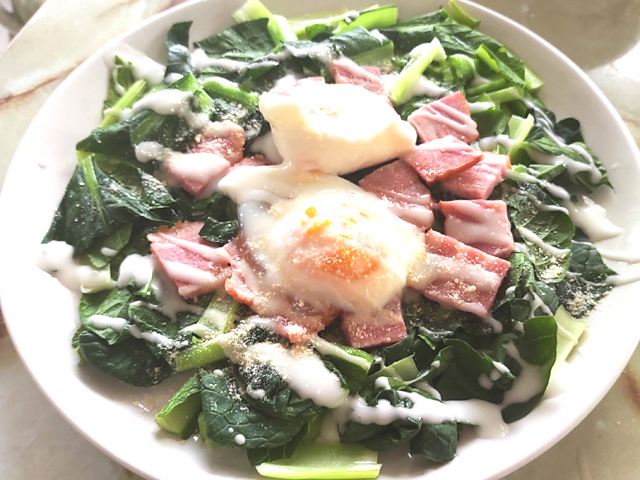 レンジで完結!小松菜とベーコンの温泉卵乗せサラダ♪