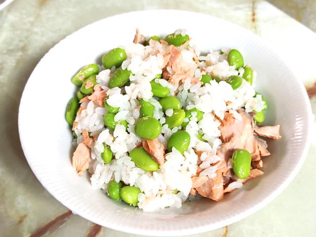 大量消費にも!枝豆ゴロゴロ鮭の混ぜご飯